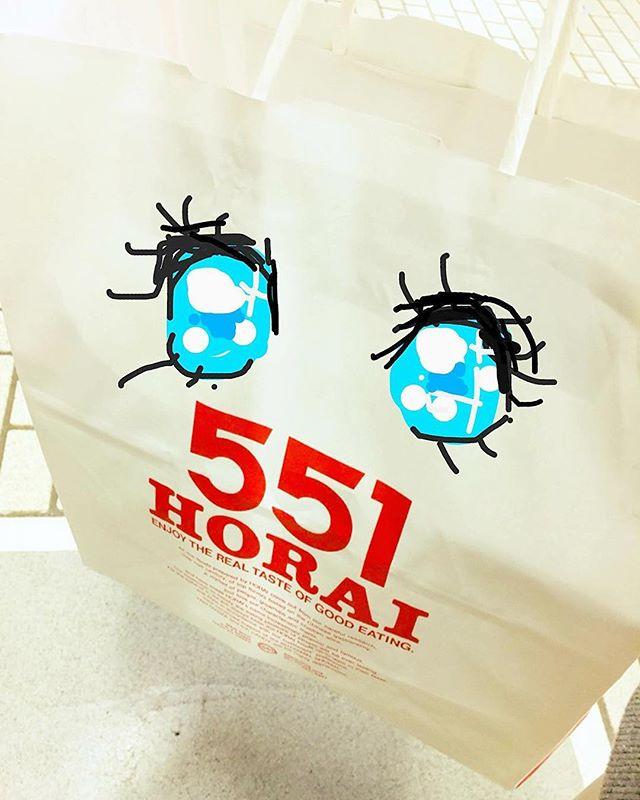 大阪のべっぴんさん購入。新幹線では荷棚に置いて他人のふり〜♬(笑)#551蓬莱 #大阪 #お土産 #べっぴん#グルメ #イラスト #イラスト日記 #イラストレーター #イラストレーション