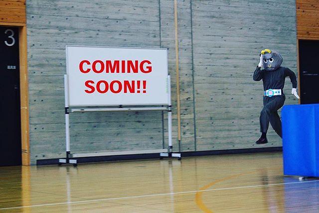 12年前に作った戦隊キャラが。最近は、着ぐるみになってミュージカルになりました……で。舞台で走ってるの激写。(笑)11/26の長泉町産業祭をお楽しみに️#戦隊ヒーロー #戦隊 #ミュージカル #トクサンジャー #くいしんぼ〜ん #産業祭 #長泉町 #comingsoon #ヘレン #イラスト #イラストレーター #実写