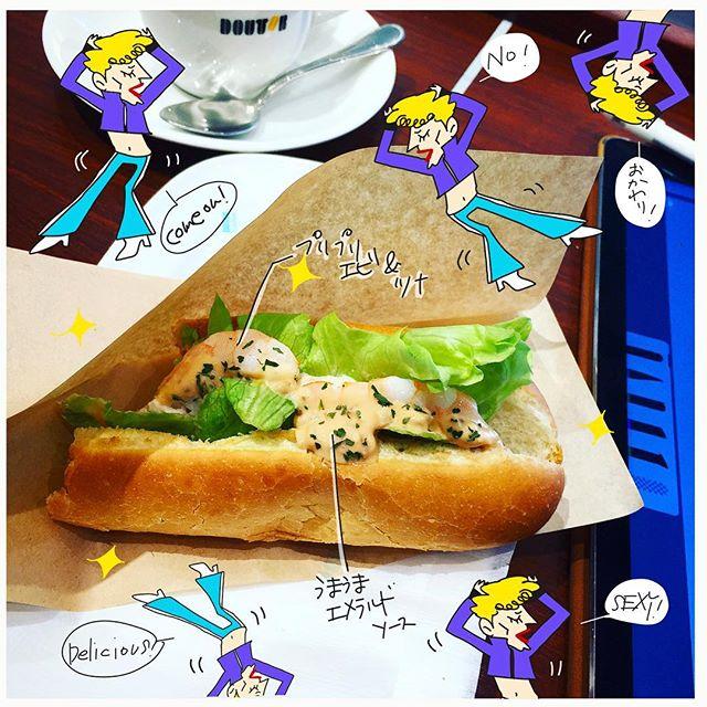 ドトールの新商品(たぶん)「エビツナドッグ」。いやはや️うまうま️食べ始めたら止まらな〜い️……ので食べかけ画像さ。(笑)#ドトール #ドトールコーヒー #エビツナドック #エメラルド #グルメ #グルメレポ #イラスト #イラストレーター #イラストレーション #イラスト日記 #ヘレン